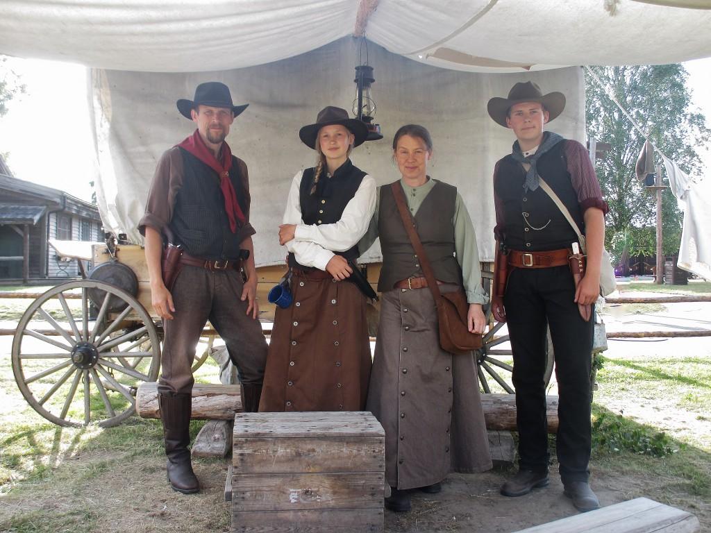 Kristian (33), Tove (32), Anne (blivande medborgare) och Nils (31).